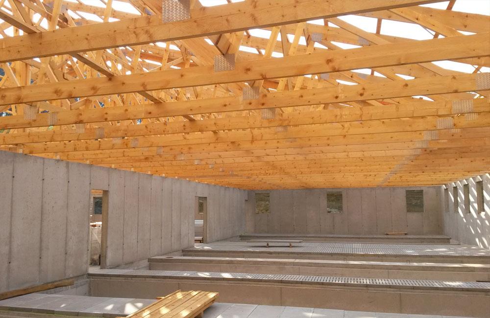 hlev s konstrukcijo iz predalčnih lesenih nosilcev